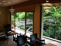 26年6月にリニューアル。加賀の名勝こおろぎ橋を望むロビー