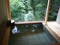 26年新設された貸切露天風呂眼下の渓谷を眺めながらゆったりと湯浴みをお楽しみ下さい