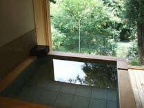 26年新設された大人4人が一緒に入れるほどの贅沢な貸切露天風呂絶景をご覧頂ながら入浴できます
