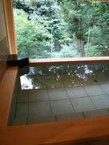 26年に新設された絶景貸切露天風呂ゆったりとした湯船は大人4人ほど入れる贅沢な作りです