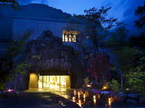 ■外観-the exterior-■ 大自然に溶け込むような大きな岩の玄関がお出迎え