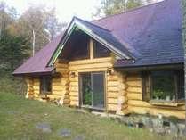 カナダの丸太で作った森の中のログハウス