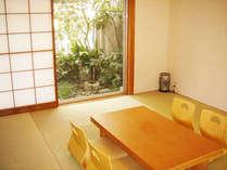 【和室】お部屋から見える小庭園も人気ですっ!