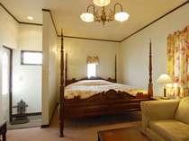 英国アンティークコテージの1室。各部屋ごとにベッドと内装が異なります。