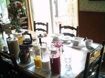 朝食は、コーヒー・紅茶・ジュース・牛乳・ヨーグルト・シリアル等はお好きなだけどうぞ!