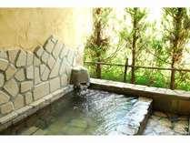英国コテージの客室露天風呂。二人で入るのにちょうど良い大きさ。