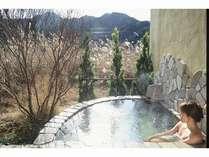 本館のお客様専用の貸切露天風呂(あみの全てのお風呂は、超軟水を使用しており、肌もスベスベ)