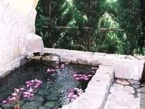 英国アンティークコテージの客室露天風呂。有料でフラワーバスも楽しめます。