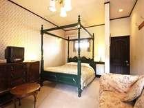 英国アンティークコテージの1室。この部屋は緑を基調として落ち着いた部屋です。