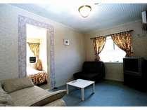 本館客室の1室(リビング)。くつろぎのひと時をお過ごしください。
