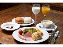 朝のすがすがしい空気の中で味わう朝食は格別。