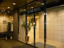 ホテル玄関 中野坂上駅の1番出口より、徒歩1分程でございます。