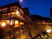 ■外観■ 花合野川に沿って佇む右丸旅館
