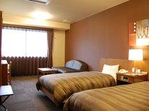 【ツインルーム】広め室内ではソファベッドもご用意しております。お部屋での1杯や3名でのご利用も。