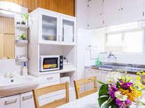 キッチン&リビングルーム。冷蔵庫・電子レンジなど完備。前庭ではBBQもOK!(指定業者手配)
