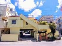 you家外観。1階が駐車場※沖縄民家仕様のため室内シャワールーム(温水)のみでバスタブはございません