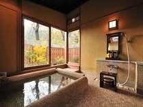 【はなもも半露天風呂】山の景色を望みながら、のんびりとした湯浴みを