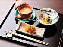 【旬菜小鉢(先附)】 諸味噌蒸し焼き豆腐、林檎酢和え、海老芋唐墨まぶし