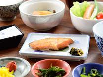 【朝食】起き抜けの体に染み入るやさしい和朝食をご用意いたします。