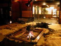 ロビーの囲炉裏熊の毛皮とカモシカの毛皮