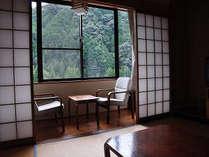 窓一面に緑が広がり、心なごむ風景が広がる。和室(一例)