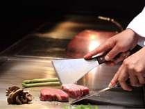 鉄板焼ダイニング竹彩では、旬の食材を目の前で焼き上げて五感を刺激します