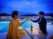 プールサイドから眺める長崎港のきらめく夜景…刻々と変わる空の色に心奪われる