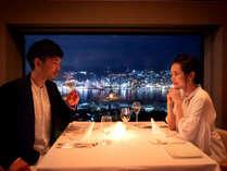 美食と共に愉しむ、輝く長崎港の夜景。グラスに映る煌びやかな光に心ときめく_