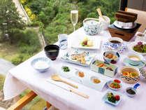 【朝食】つやつやで甘味が引き立つ棚田米に、和牛の肉じゃがや自家製の佃煮など、一品一品手間ひまかけて。