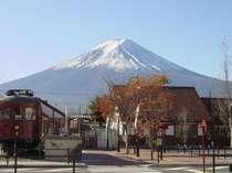 宿の前から河口湖駅越に望む富士山