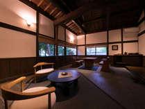 【中尾の棟】広々とした土間にはテーブルが置かれ、使い勝手のよい空間に。