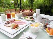 朝ごはんは中庭の見えるレストランにてお召し上がりいただけます。
