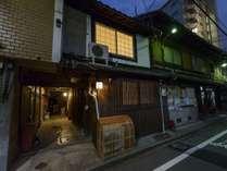 外観(夜)京町家の夜は障子や格子から漏れる光が幻想的です