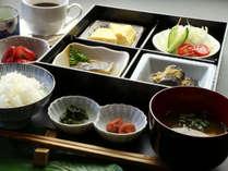 【朝食】平飼いの卵を使用した出し巻き卵に焼き魚、新鮮野菜のサラダ・・・一日の始まりです!