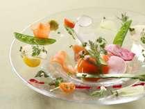 自家農園野菜をふんだんに使ったオードブル。 お皿の上で野菜たちが輝きます。