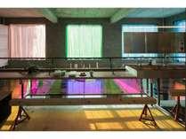 時間帯によって色が変わる不思議な空間。洗面台やシャワールームのあるエリアです。
