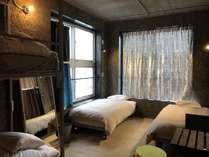 大きな窓が2つあり、日当たりのいい4人部屋。シングルベッド2台+2段ベッド1台です。