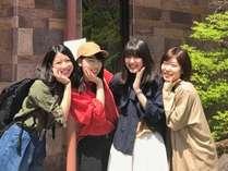 【グループ旅行にも♪】広い和室は、グループ旅行にピッタリ!キュートなポーズですね☆