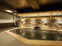 <天然温泉 華楽(かぐら)の湯> 檜風呂 広々とした浴槽は旅先で疲れた身体をほっこりと癒します。