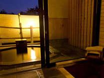 【新館鳳凰・標準客室 浴室一例】内風呂で体を温めてから露天風呂にお入り頂けます