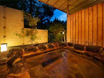 【新館鳳凰・特別室 浴室一例】庭から引かれた源泉で、内風呂で体を温めてから露天風呂にお入り頂けます