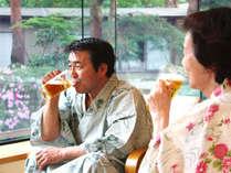 湯上りビールは庭を眺めてのんびりできるロビーラウンジでご用意