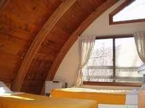 アーチ型の天井でちょっと変わった雰囲気のお部屋です。(例)
