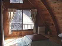 アーチ型の天井でちょっと変わった雰囲気のお部屋です。