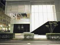 2階部分がフロント。ホテルエントランス
