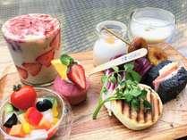デリカテッセンスタイルのカラフル朝食