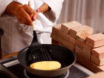 朝食のオムレツはシェフが目の前で焼き上げます