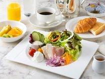 ご朝食は和朝食または洋朝食よりお選びいただけます。(画像は洋朝食~サラダブレックファスト)