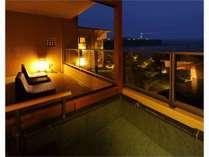 ホテル棟2階露天風呂からの眺め。潮騒と犬吠埼灯台の灯りが非日常をより感じさせる。