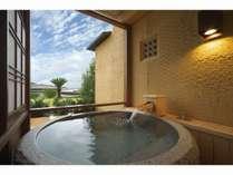 ホテル棟1階の露天風呂では庭園を眺めリラックス♪